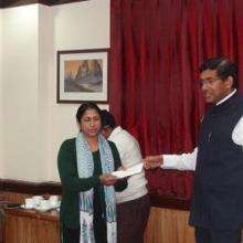 Chairman, IWAI distributing the prizes to the winners of Rajbhasha Karyanvayan Samiti held on 11.03.2015