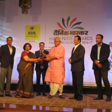 IWAI Chairperson and Vice Chairman receive Dainik Bhaskar India Pride Award 2016-17 in..on 27.03.17 in New Delhi